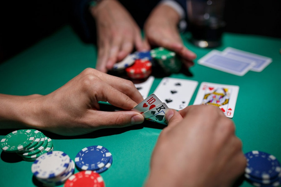 A small discussion on perks of online casino application and why to have small bets on poker
